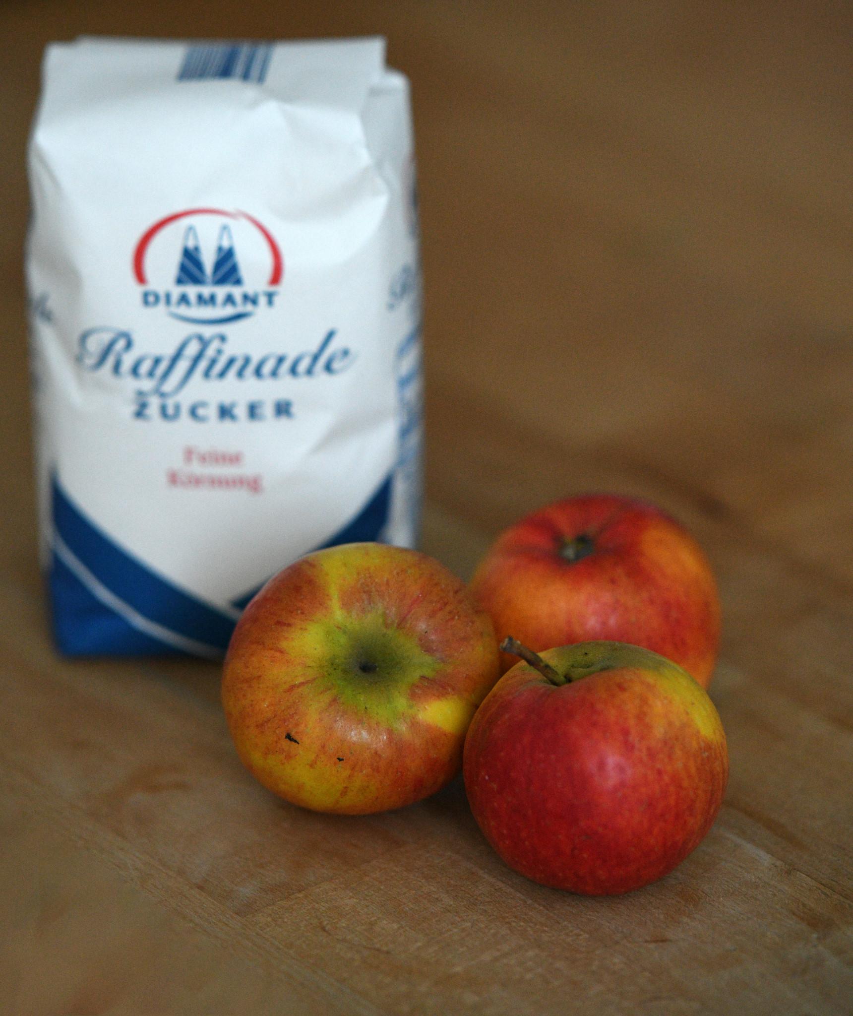 Gesunde Ernährung am Beispiel. Die natürlich gewachsene, essbare Frucht enthält alle Stoffe, die der Körper zu ihrer Verdauung braucht. Dem reinen Zucker zum Beispiel fehlt alles, was einen Apfel gesund macht. Zucker, macht körperlich und seelisch krank und hemmt die Entwicklung von Kindern zu gesunden Erwachsenen.